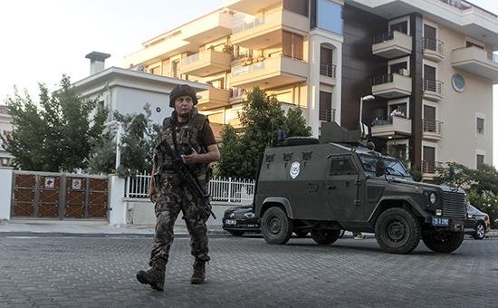 Полицейский на одной из улиц турецкого городаМармарис