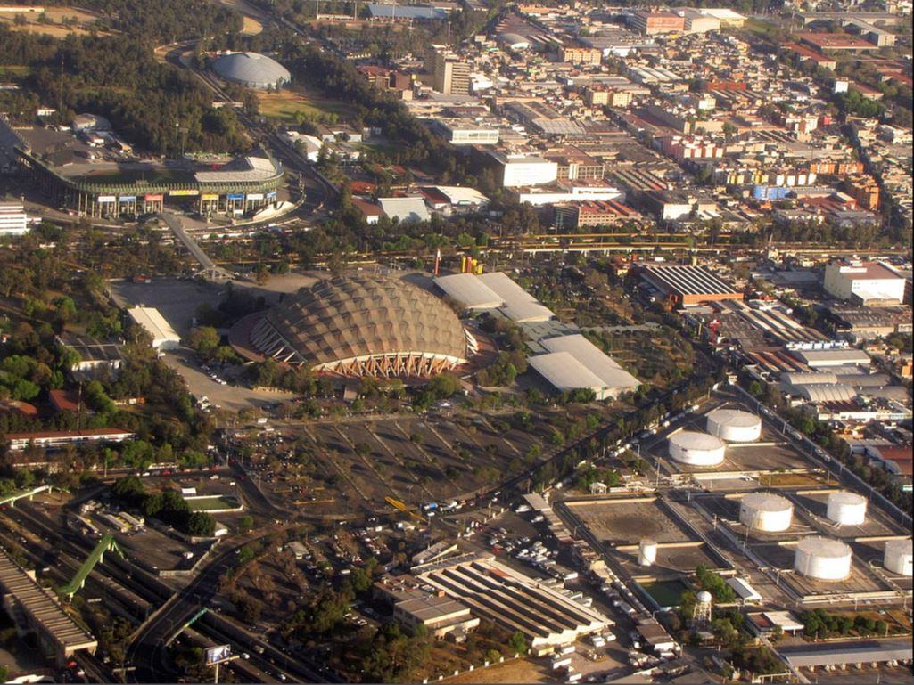 Palacio de los Deportes («Дворец спорта» в переводе с испанского) открылся в 1968 году, в нем состоялись волейбольные и баскетбольные матчи Олимпийских игр того года. Сейчас во Дворце продолжают проходить спортивные мероприятия, а также проводятся музыкальные концерты, в том числе всемирно известных групп и исполнителей