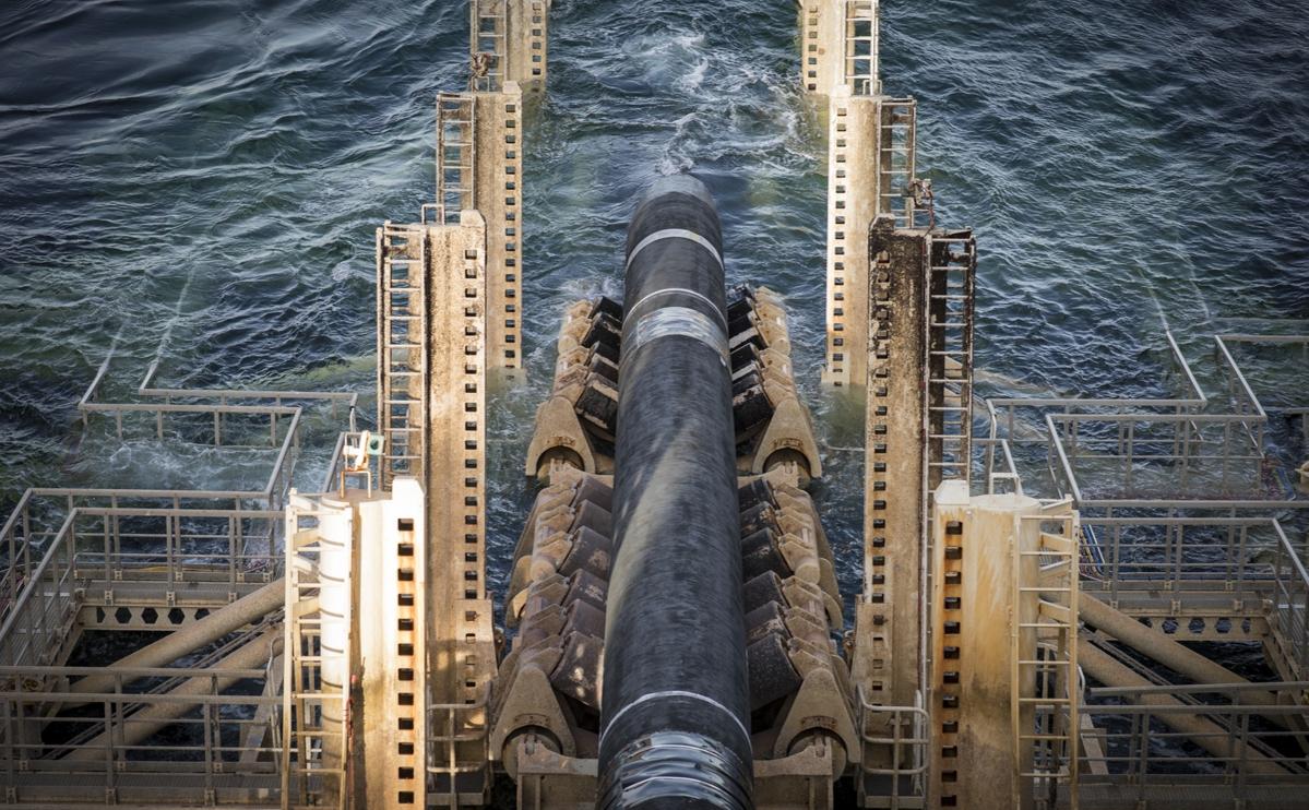 Плеть газопровода опускается на дно с судна Pioneering Spirit