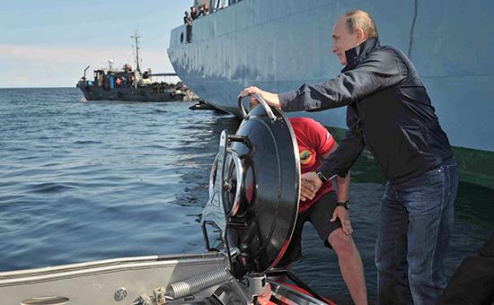 Президент РФ Владимир Путин перед погружением на подводном аппарате «Си-эксплорер-5» в Финский залив к месту обнаружения парусного винтового фрегата «Олег», 2013 год