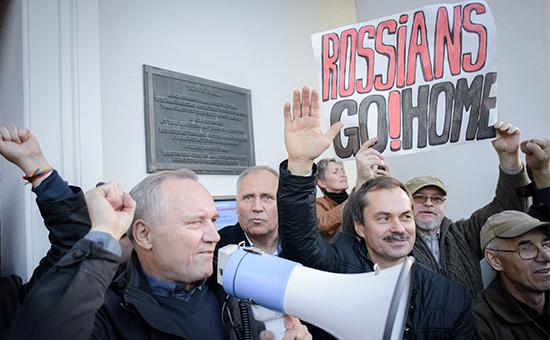 Участники акции протеста противразмещения вБелоруссии российской авиабазы