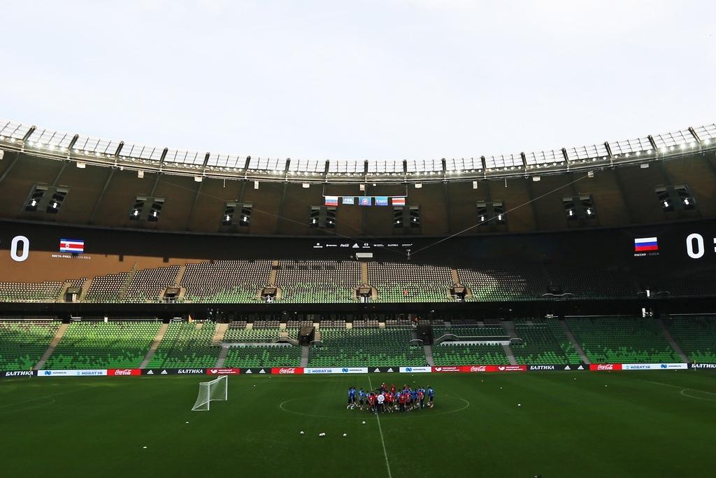 Футбольное поле размером 105м на68м построено сиспользованием современных технологий подогрева, охлаждения, принудительной аэрации, искусственного освещения газона
