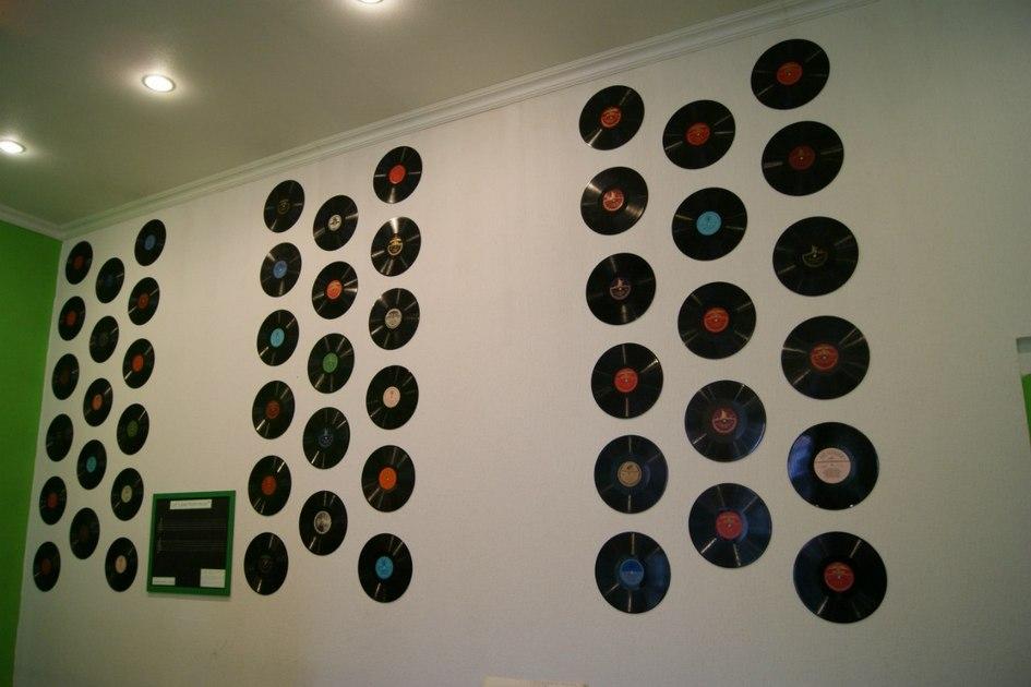 Также настенах музыкальной комнаты висят советские грампластинки. Дизайн интерьеров дляСмирновой иАрхиповой разработал знакомый дизайнер
