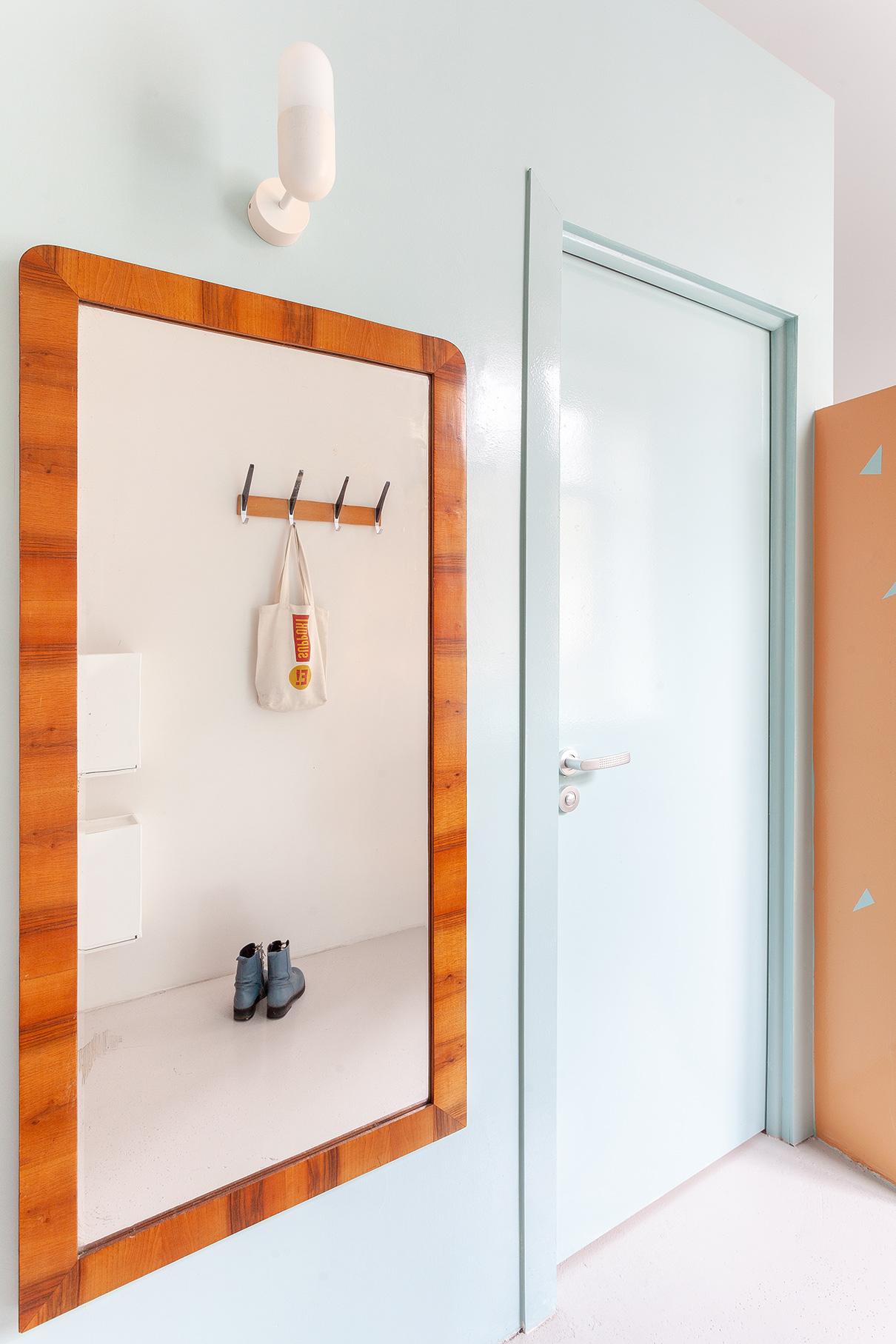 В апартаментах дизайнеры установили массивное винтажное зеркало и советскую вешалку