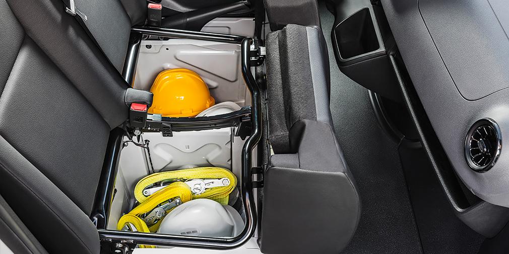 Если пассажирское сиденье сдвоенное, под ним вместительные ниши. Удобно размещать оборудование бригады.
