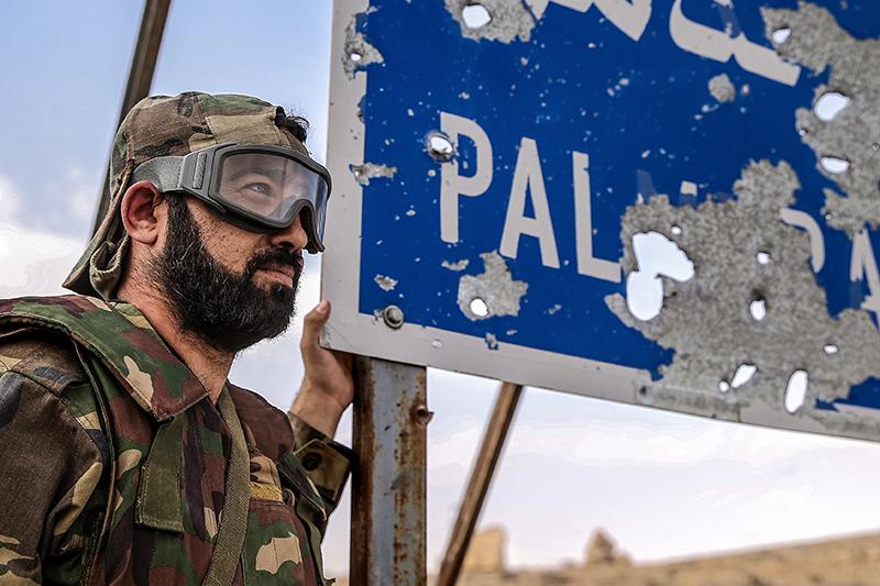 Военнослужащий сирийской армии на позициях под городом Пальмира