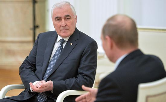 Президент Республики Южная Осетия Леонид Тибилов и президент России Владимир Путин (слева направо) во время встречи в Кремле