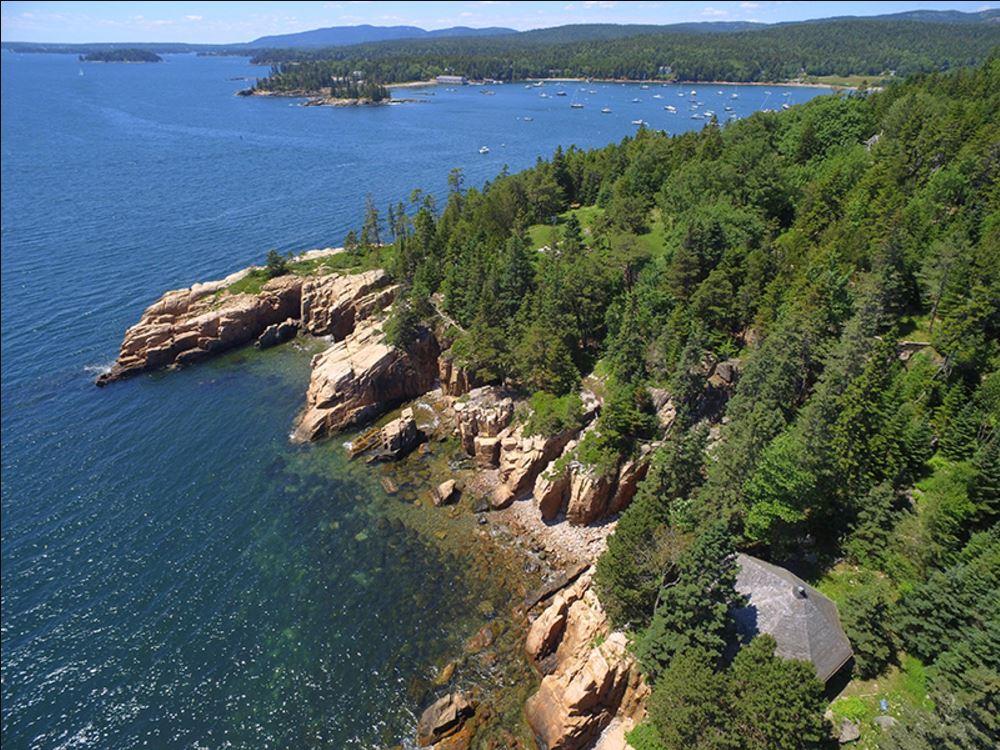 Участок размером 58,6 тыс. кв. м находится на стыке соснового леса и морского побережья. Длина береговой линии, относящейся к участку, составляет более 800м