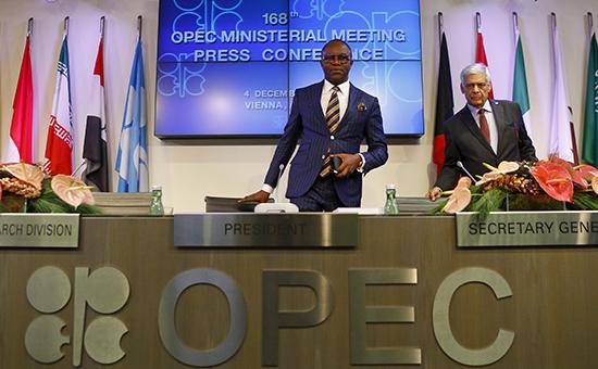 Министр нефти Нигерии инынешний президент конференции ОПЕК Эммануэль Ибе Качикву (в центре). Фото: декабрь 2015 года