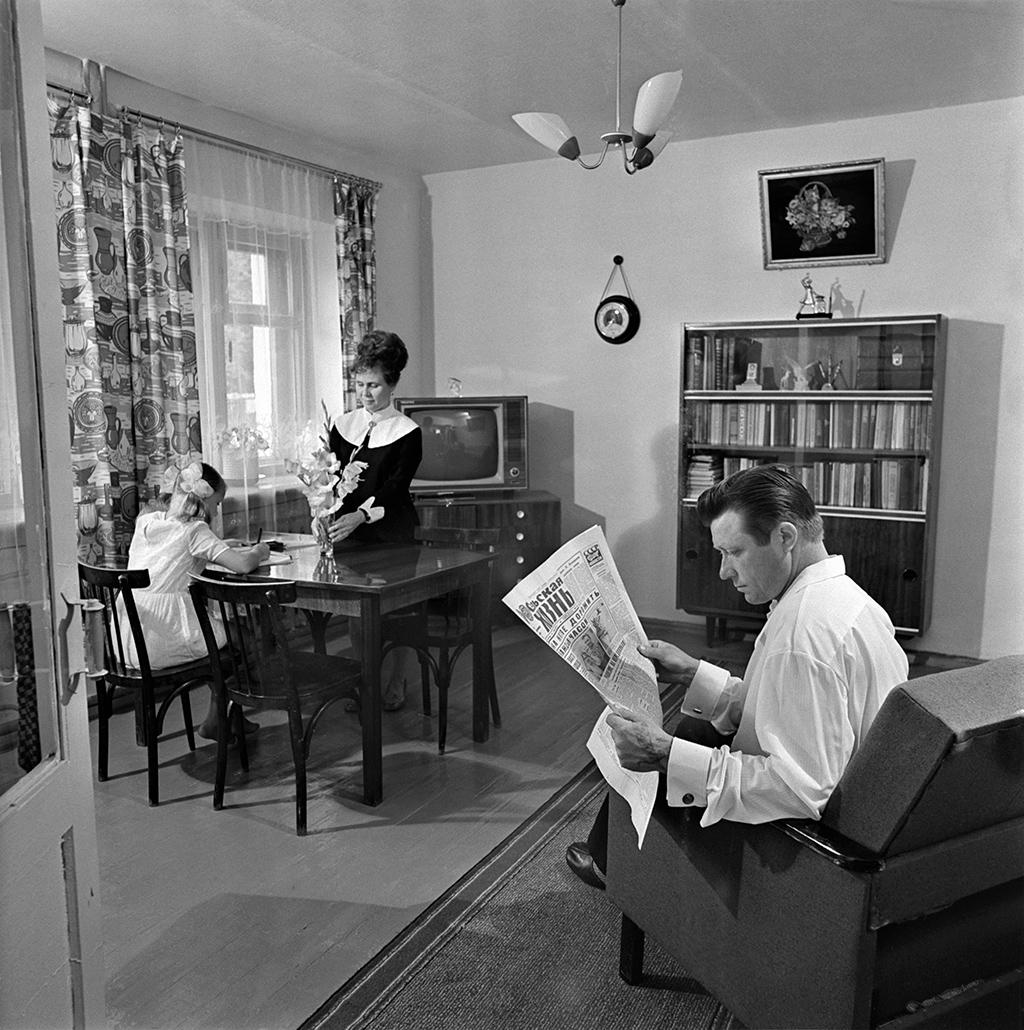 В квартире колхозного механизатораВ. М. Казьмина. 4 октября 1976 года