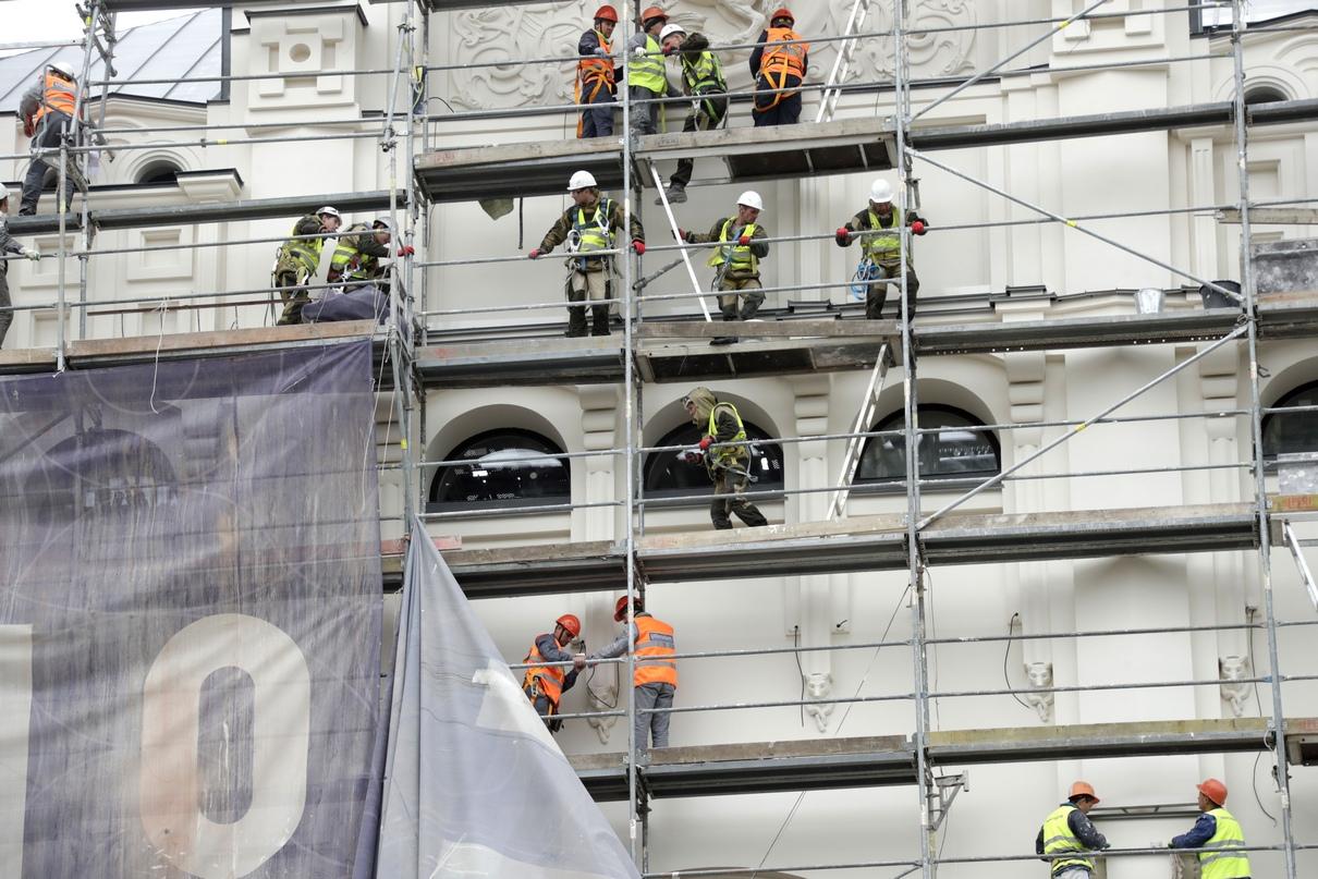 Рабочие снимают строительные леса с северного фасада музейного здания
