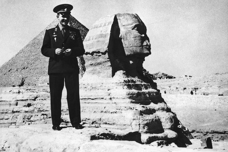 Юрий Гагарин во время посещения пирамид в Гизе (неподалеку от Каира), Египет, 31 января 1962 года