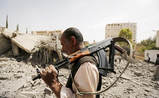 Разрушенные дома врезультате авиаударов вЙемене