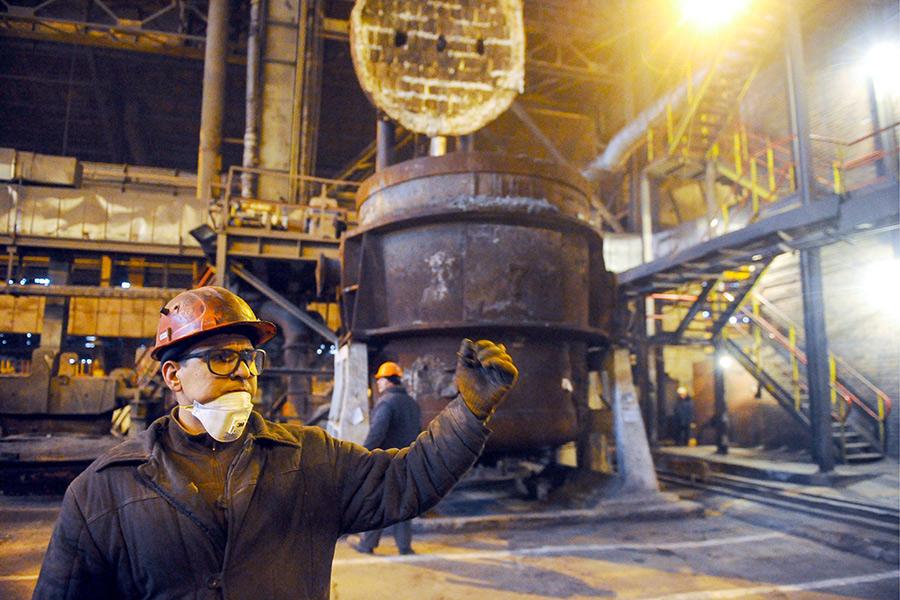 Рабочий во время восстановительных работ в электросталеплавильном цехе Донецкого металлургического завода