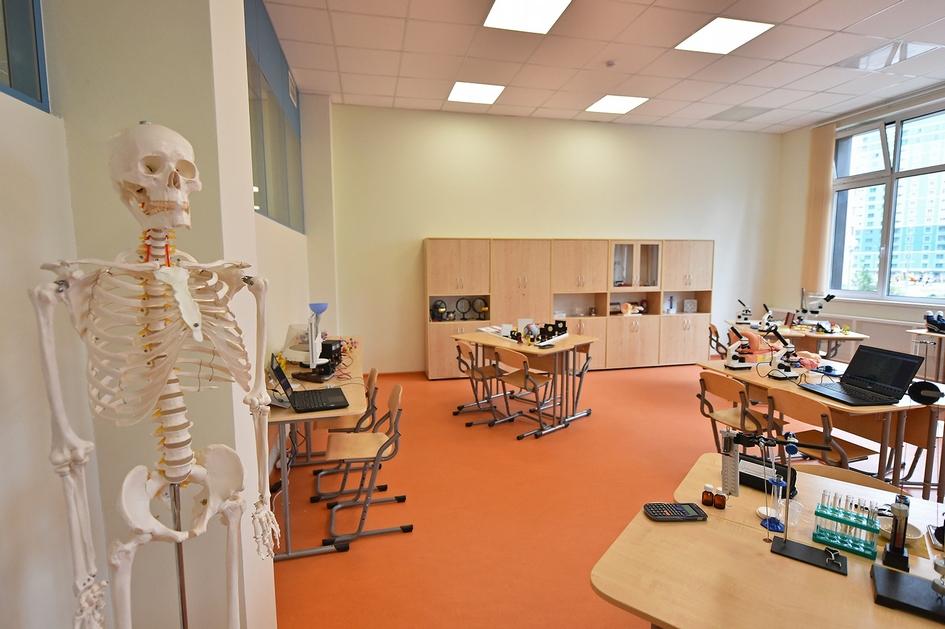 Школа рассчитана на 84 класса по 24 ученика в каждом. Помимо традиционной доски в каждом кабинете установлена интерактивная, в которую заранее загружены образовательные материалы по разным предметам