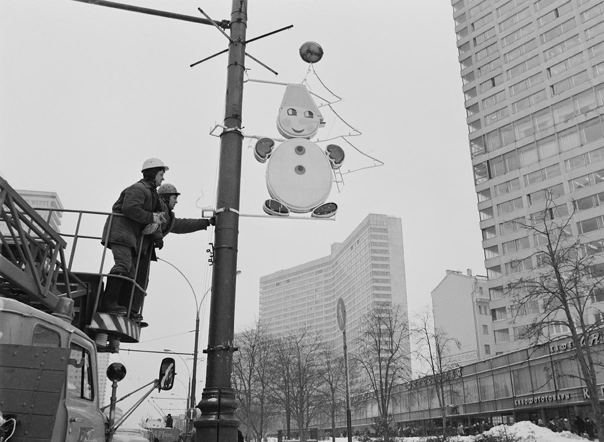 Монтажники фирмы «Газосвет» оформляют к Новому году проспект Калинина. 1988 год