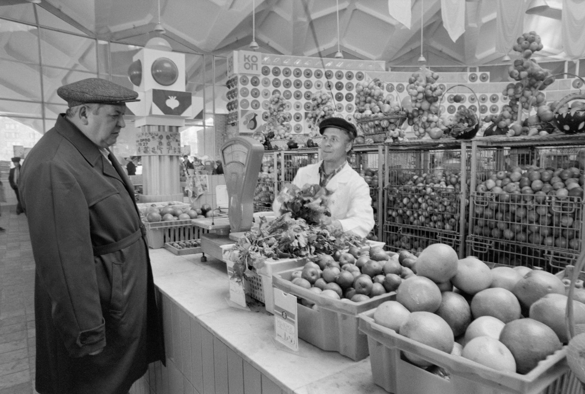 1 ноября 1987 года. Старший продавец магазина № 19 Москворецкого плодоовощного оптово-розничного объединения В.С. Гребенников обслуживает покупателя