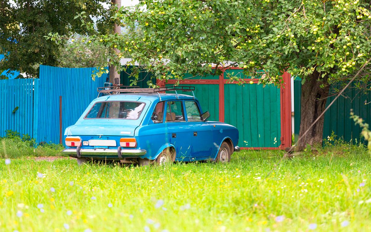 <p>Оставляя машину на обочине поселковой дороги водитель рискует получить серьезный штраф&nbsp;&mdash; за парковку на газоне.</p>