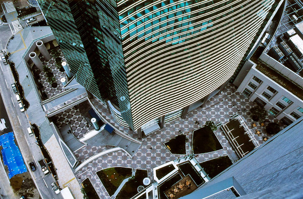 Строительство 44-этажной офисной башни Сиодомэ вТокио было завершено в2003 году. Площадь помещений башни составляет1,5 млнкв. футов. Помимо самой башни, фирма Роча построила расположенную рядом башню офиса Мацухита, торговую площадь размером2,7тыс.кв.м, атакже отреставрировала вокзал Симбаси