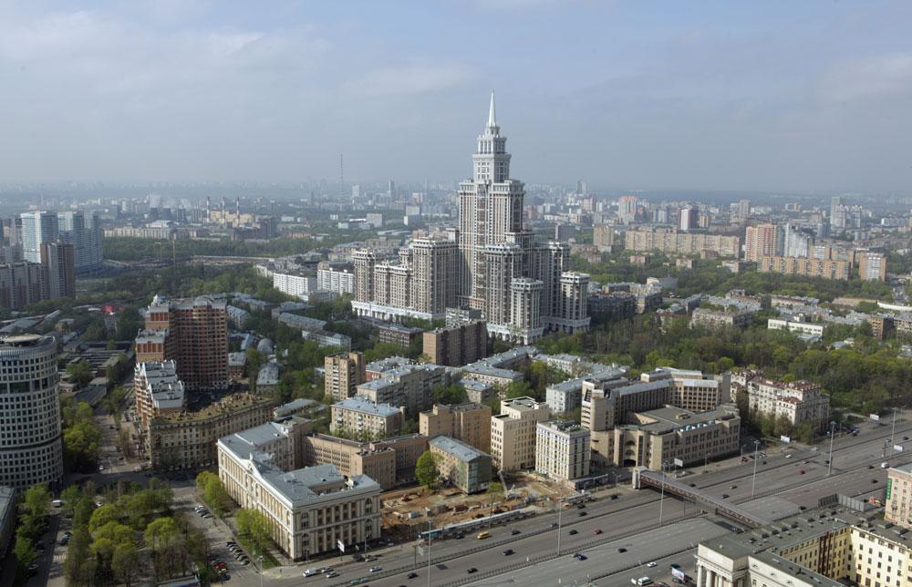 Вид на Ленинградский проспект в районе метро «Сокол» и высотный жилой дом «Триумф-Палас»