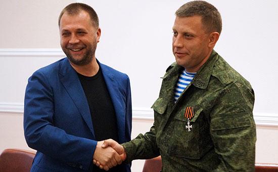 Бывший премьер-министр Донецкой народной республики Александр Бородай и новый премьер-министр ДНР Александр Захарченко (слева направо) на пресс-конференции в Донецкой областной госадминистрации.