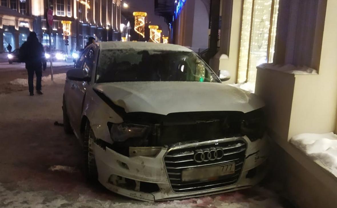 В Москве машина вылетела на тротуар после ДТП и сбила женщину