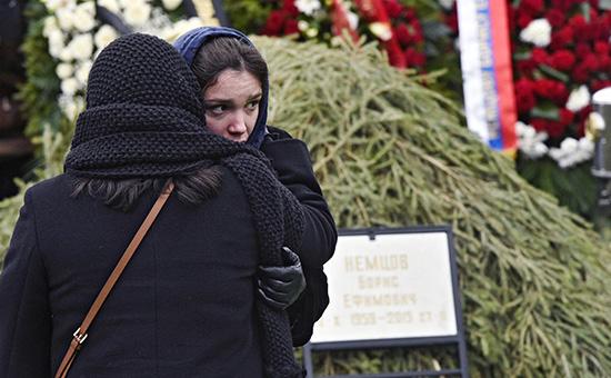 Дочь Бориса Немцова Жанна вовремя похорон Бориса Немцова