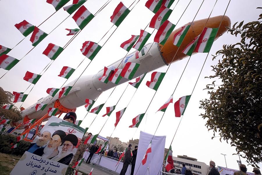 Модель баллистическо ракеты на митинге по случаю годовщины Исламской революции в Тегеране