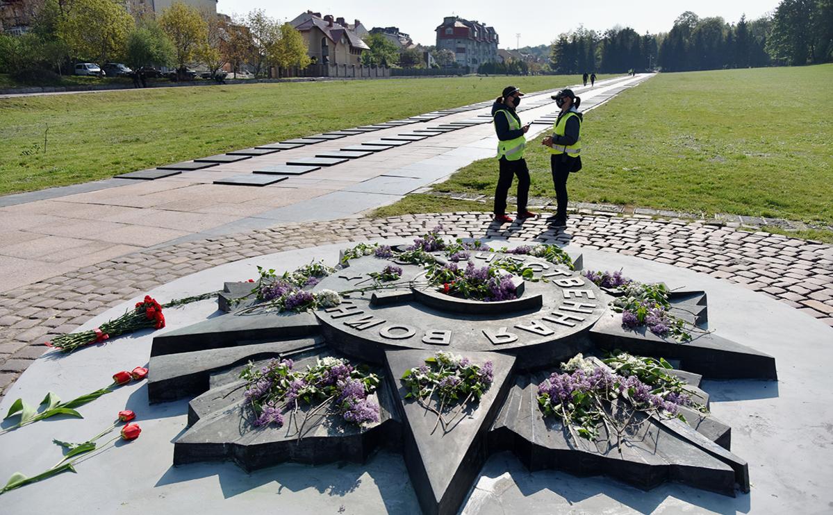 Цветы на военном кладбище «Марсово поле» во Львове