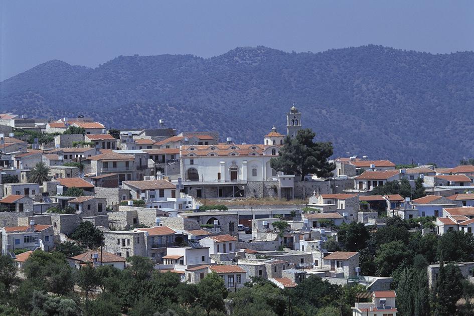 Кипр   Порог вхождения: €2,5 млн  Что дает: гражданствоЕС. Безвизовый въезд вболее чем157 стран мира  Финансовые условия: минимальный объем инвестиций насемью составляет €2,5 млн приусловии, чтоинвесторы участвуют вколлективной инвестиционной схеме насумму €12,5млн. Это общая сумма инвестиций (пять заявителей по€2,5 млн), набрав которую, можно подать заявление наоформление гражданства.  Недвижимость должна находиться всобственности неменее трехлет. По окончании этого периода инвестор может продатьее, оставив всобственности недвижимость стоимостью неменее €500тыс., которой необходимо владеть пожизненно. Проживать наКипре дляполучения гражданства нетребуется