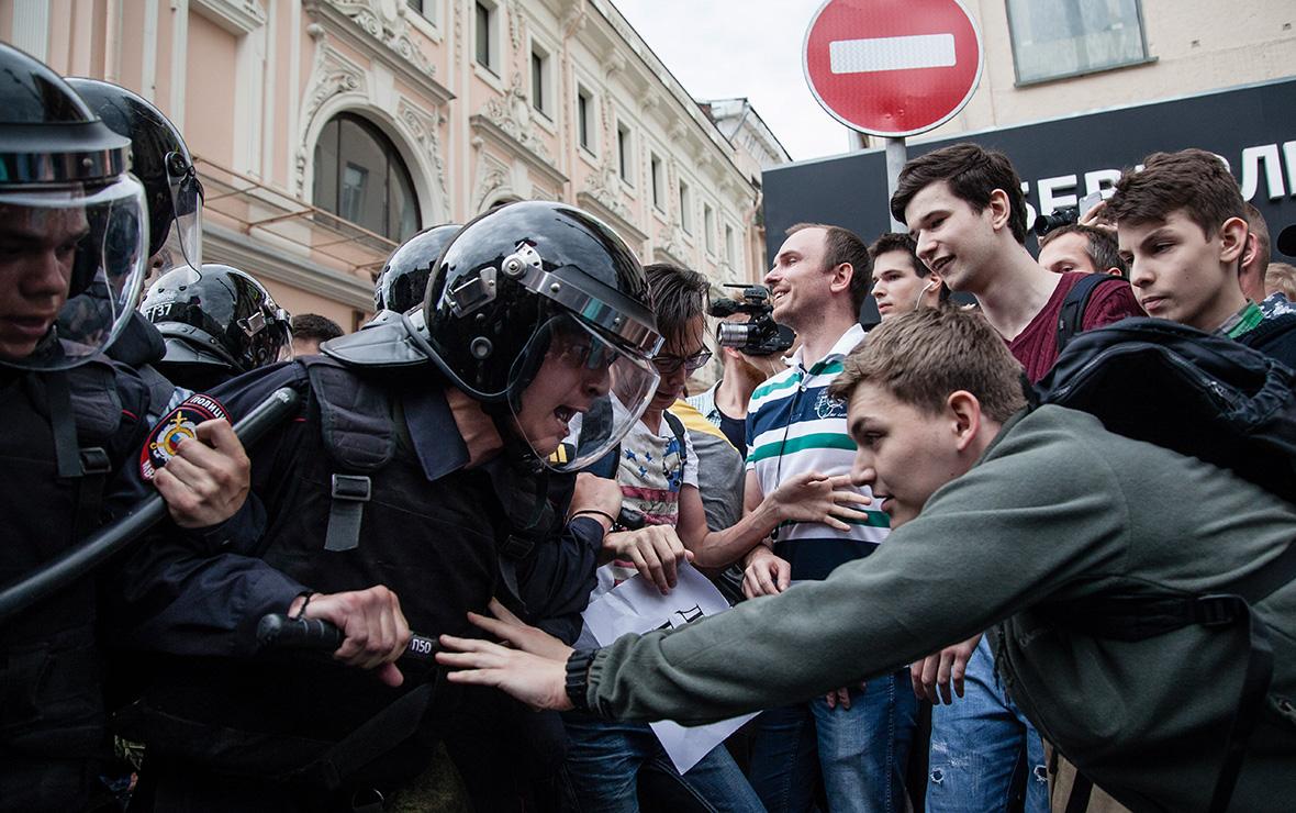 Столкновение участников акции протеста против коррупциис полицейскими. 12 июня 2017 года