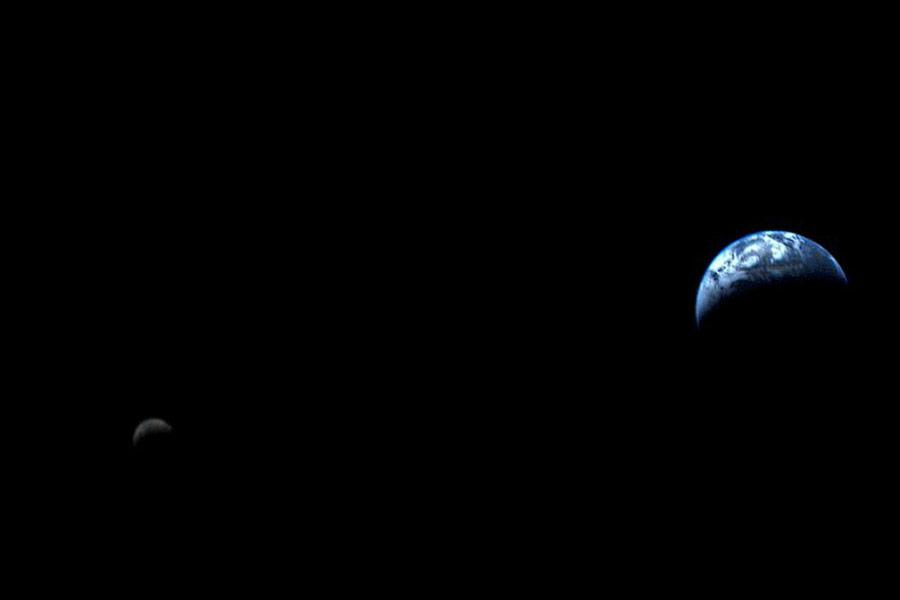 5 сентября 1977 года NASA запустило в космос автоматическую межпланетную станцию «Вояджер-1» весом 723кг. Проект был утвержден в 1972 году. За 40 лет полета аппарат отдалился от Земли почти на 20 млрд км и стал самым дальним искусственным объектом.  Второй аппарат серии «Вояджер» был запущен чуть раньше — 20 августа 1977 года. В частности, он является первым и единственным аппаратом, достигшим Урана (январь1986 года) и Нептуна (август1989 года).