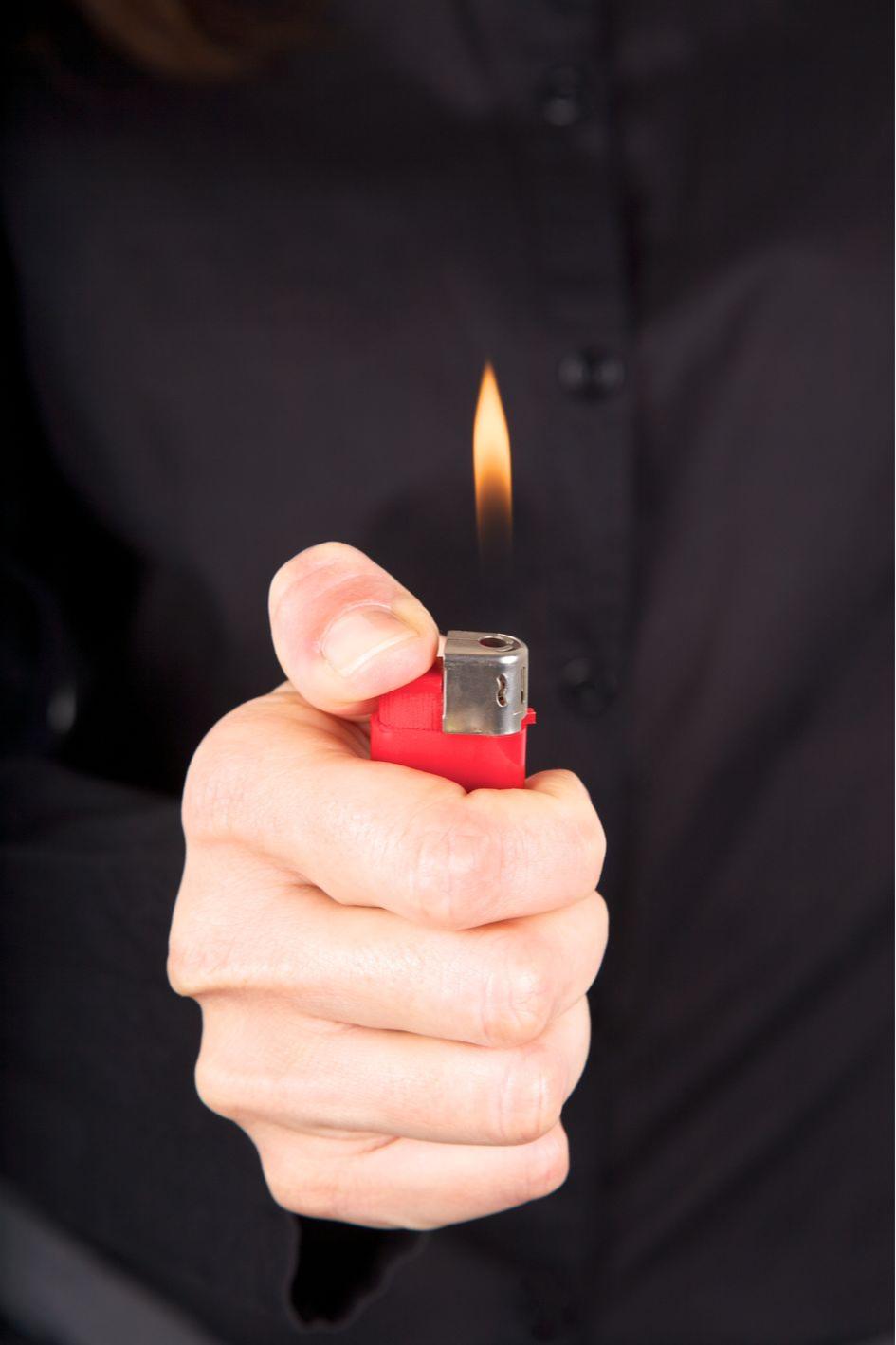 Проверьте вентиляцию при помощи зажигалки