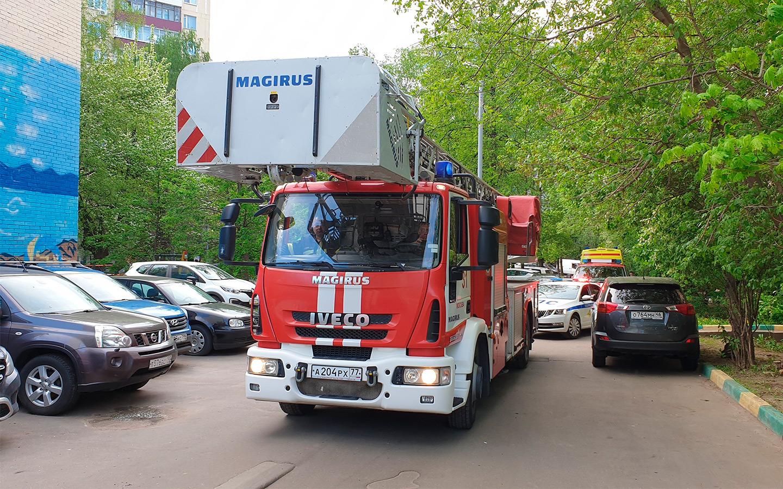 <p>После того, как пожарная машина не смогла оперативно проехать к месту возгорания во дворе на Большой Академической улице из-за припаркованных машин, в дептрансе пообещали разобраться с ситуацией.</p>