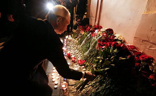 Владимир Путин у входа на станцию метро «Технологический институт» в Петербурге