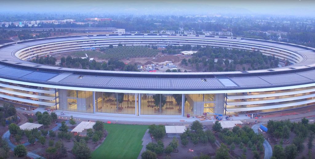 В целях повышения экологичности и снижения и без того немалых расходов крыши Apple park будут полностью покрыты солнечными панелями. Они смогутвырабатывать порядка 17 мегаватт энергии в год, что полностью покроет потребности всего кампуса в электричестве