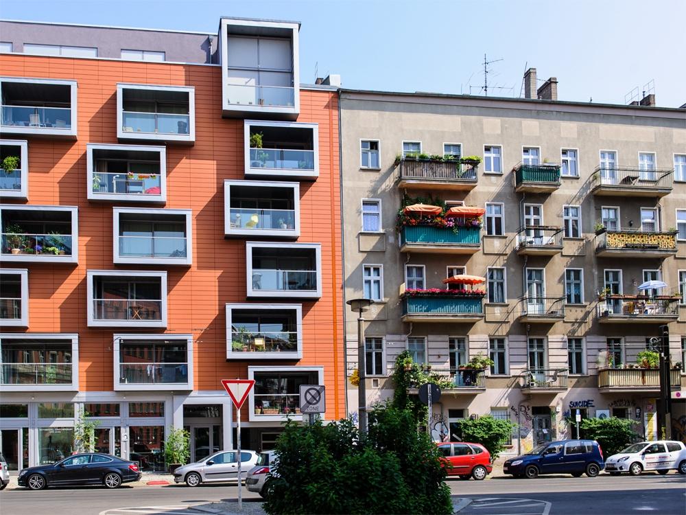 Старое и новое здания в районе Пренцлауэр-Берг
