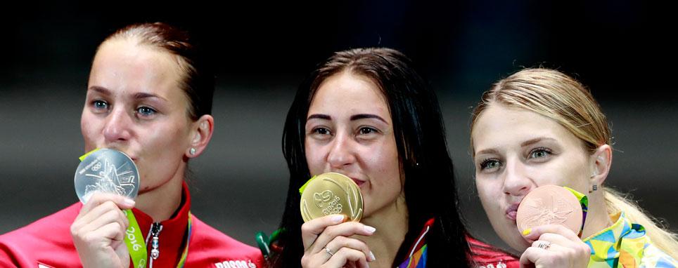 Призеры индивидуальных соревнований саблисток на Олимпиаде 2016 года (слева направо): Софья Великая, Яна Егорян и Ольга Харлан.