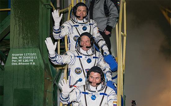 Российские космонавты Алексей Овчинин (на первом плане), Олег Скрипочка (на третьем плане) иастронавт NASA Джеффри Уильямс (на втором плане) передзапуском ракеты-носителя «Союз-ФГ» странспортным пилотируемым кораблем «Союз ТМА-20М» скосмодрома Байконур