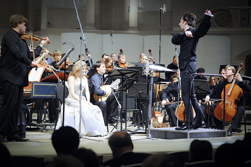 У Пермского театра оперы и балета имени Чайковского, художественным руководителем которого с января 2011 года является греческий дирижер Теодор Курентзис (справа на фото), есть квоты на 15 артистов хора, в том числе из Греции, Колумбии, Чили, Канады, США, Великобритании