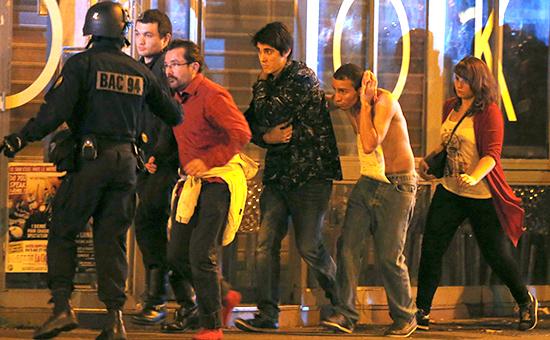 Французские спецслужбы эвакуируют людей изконцертного зала «Батаклан» вПариже