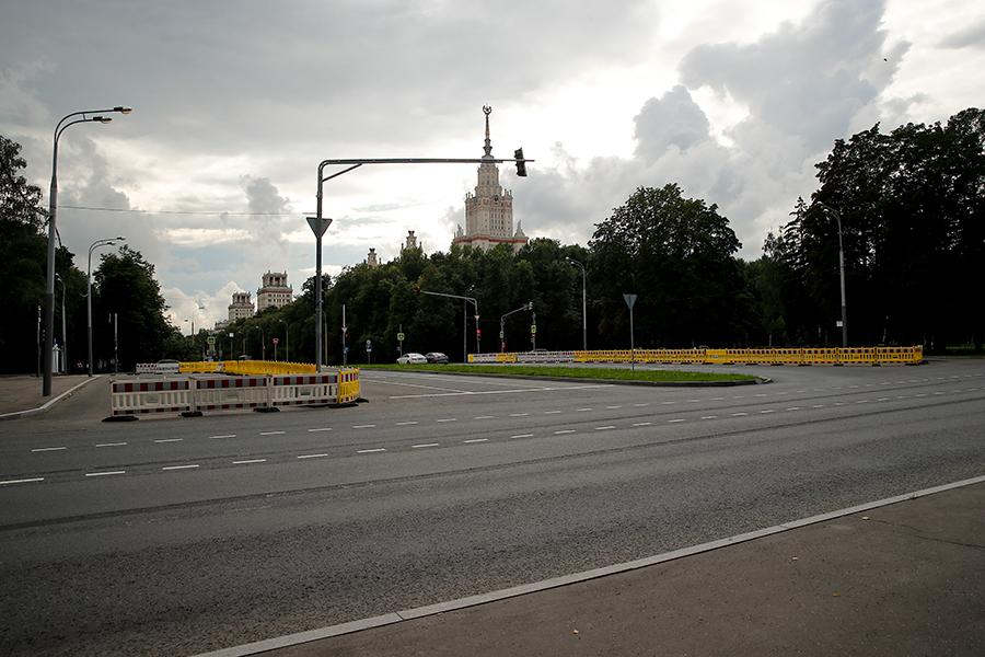Университетский проспект, участок между проспектомВернадского и Ленинским проспектом.Июль 2019 года, перед плановым ремонтом.