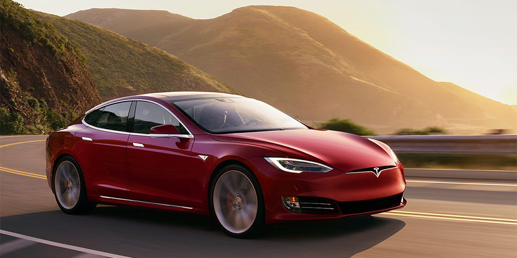 Tesla Model S  Электромобили сравнительно легко приблизились кгиперкарам вразгоне допервой «сотни». Элон Маск пообещал, чтоновый родстер Tesla достигнет скорость 60 миль вчас (96 км/ч) менее, чемзадве секунды. Покажевсверхскоростной лиге компанию представляет большой хэтчбек Tesla Model S срезультатом2,4 секунды. При условии, чтоэто двухмоторная версия P100D врежиме Ludicrous+. Однако максимальная скорость Model S подкачала—всего 250км вчас.