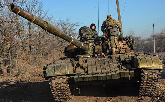 Бойцы ополчения ДНР на боевых позициях в пригороде Новоазовска. Архив