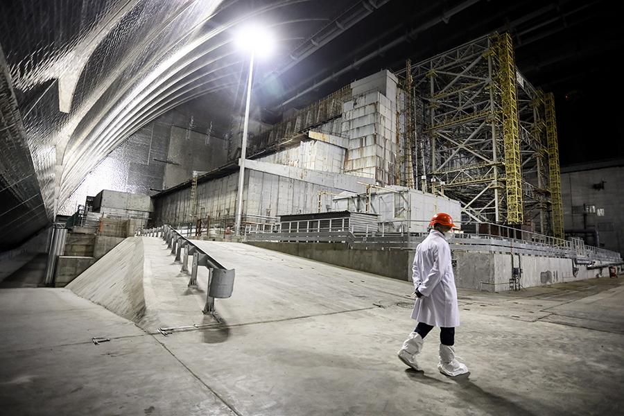 Сотрудник АЭС внутри нового безопасного укрытия, апрель 2021 года