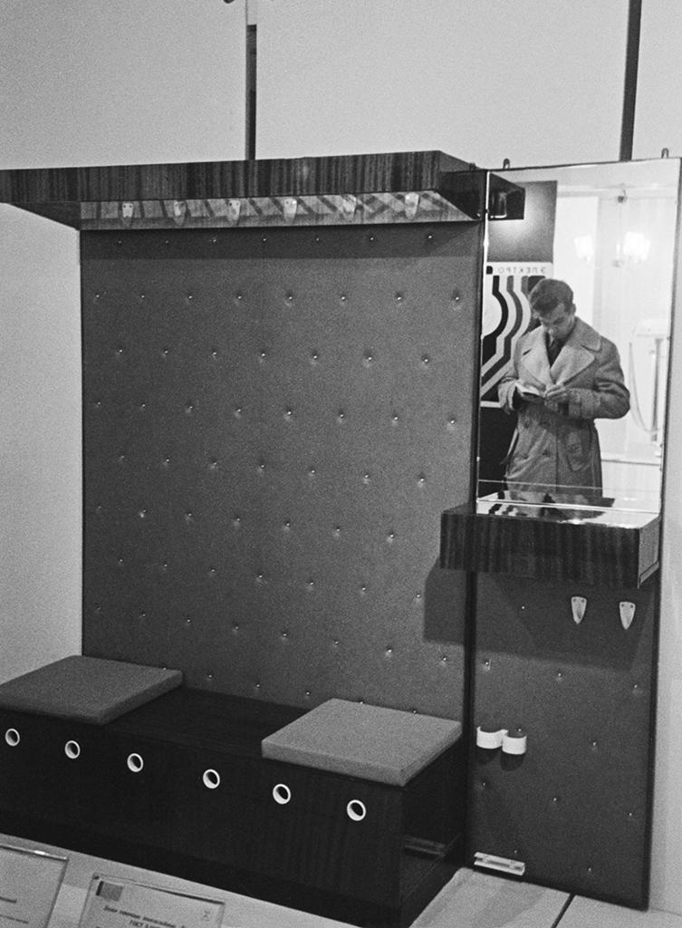 Прихожие и коридоры в 1980-х  В домах эпохи советского домостроения площадь прихожих, как правило, составляла всего 2–4 кв. м, а ширина коридоров не превышала 1,2–1,3 м. Разместить в них можно только вешалку для верхней одежды и узкую тумбу для обуви  На фото: выставка «50 лет стандартизации в СССР». Мебель для прихожей, изготовленная объединением «Ленмебель»