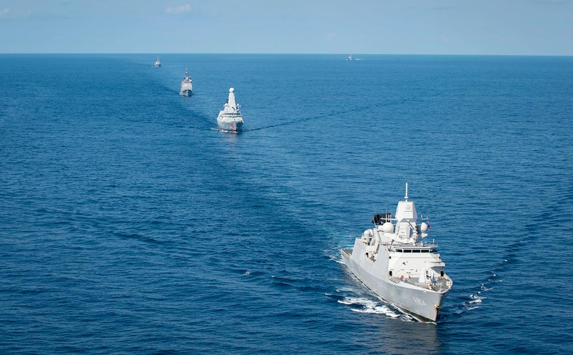 Эсминец D35 Dragon (справа)