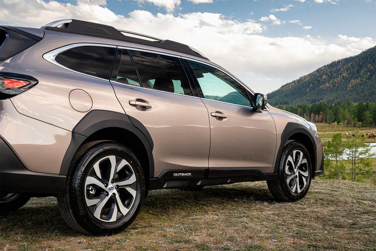 Проще всего новый Outback отличить по крупным угловатым накладкам на колесные арки. Такие впервые появились на позапрошлом XV, а сегодня похожее решение используется даже на новейшем Subaru WRX — да и на машинах других марок аналогичные штуки встречаются. Тот редкий случай, когда японские дизайнеры угадали.