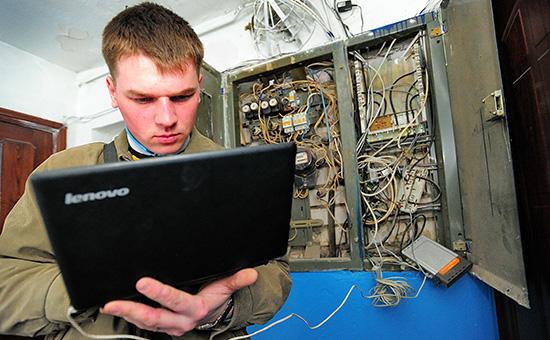 Специалист помонтажу иобслуживанию оптоволоконных линий дляинтернета ицифрового телевидения сноутбуком Lenovo