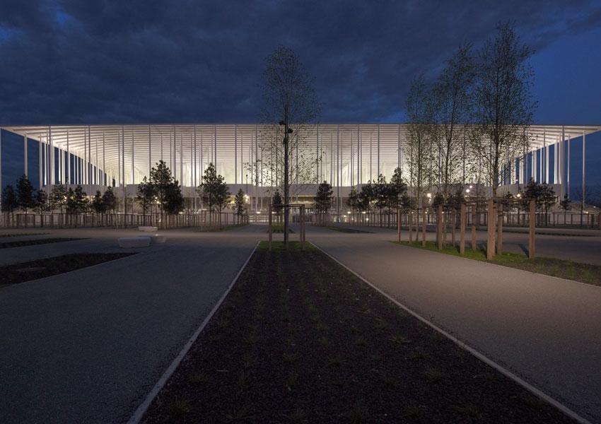 Огромный оперный театр на севере Китая построен на заболоченной местности  площадью около 440 га. Изогнутые линии здания по задумке архитекторов  олицетворяют ... 007d4889e0b